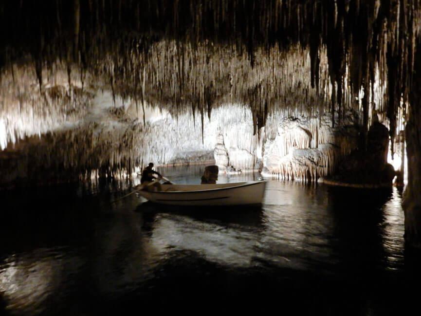 Boot in der Höhle