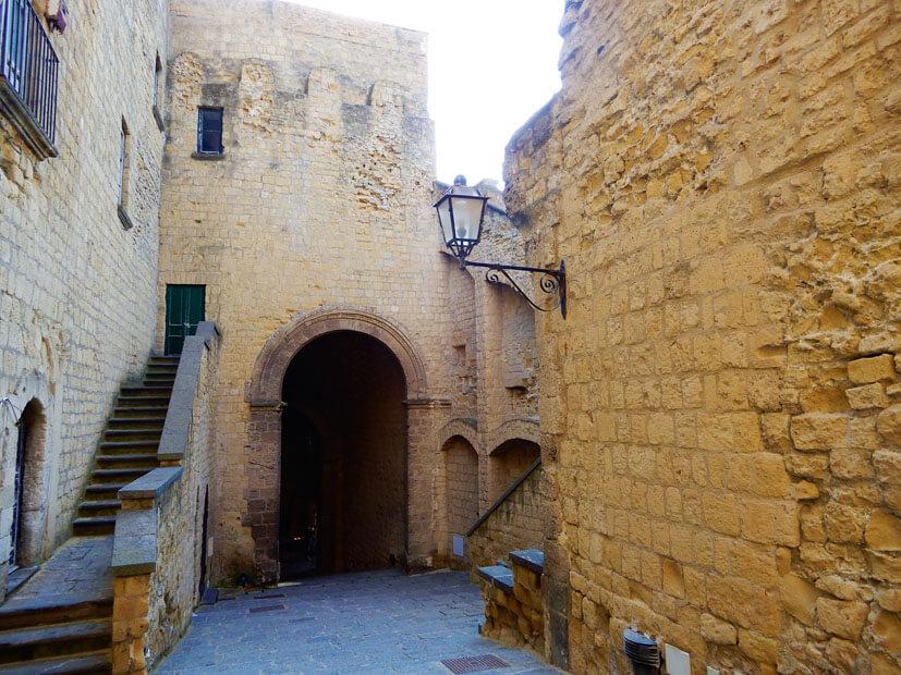 Burgmauern der Eierfestung - Neapel Sehenswürdigkeiten