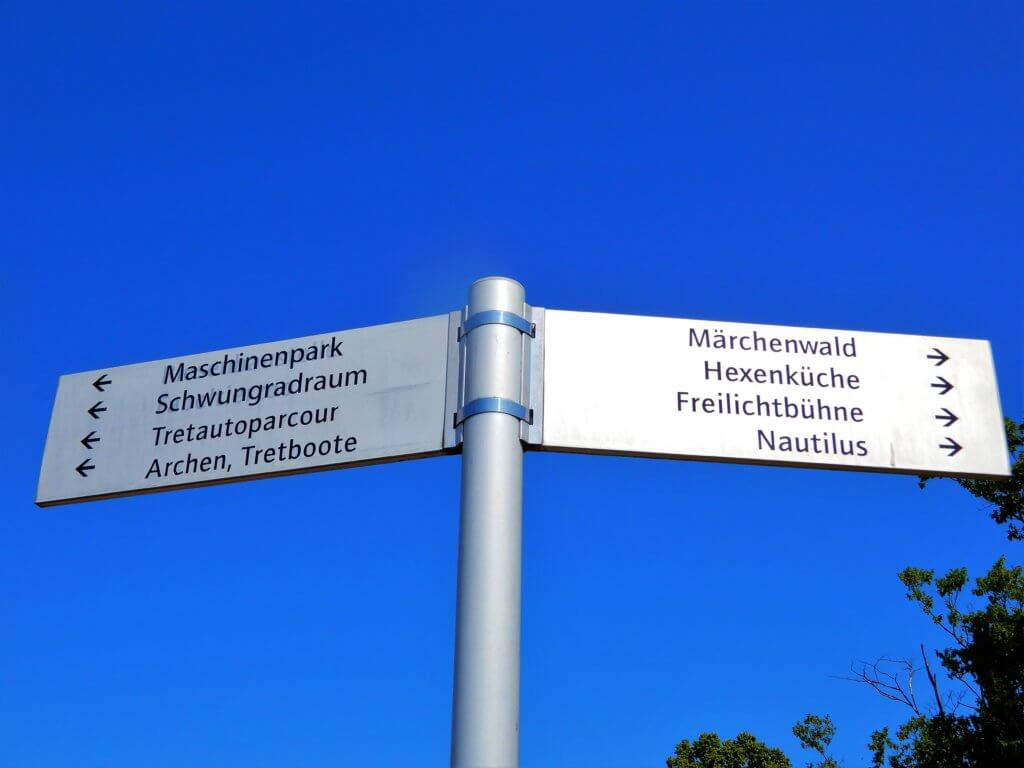 Wegweiser im Famliengartne Eberswalde