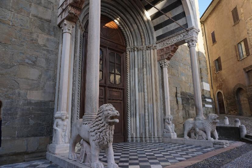weiße Löwen Eingang