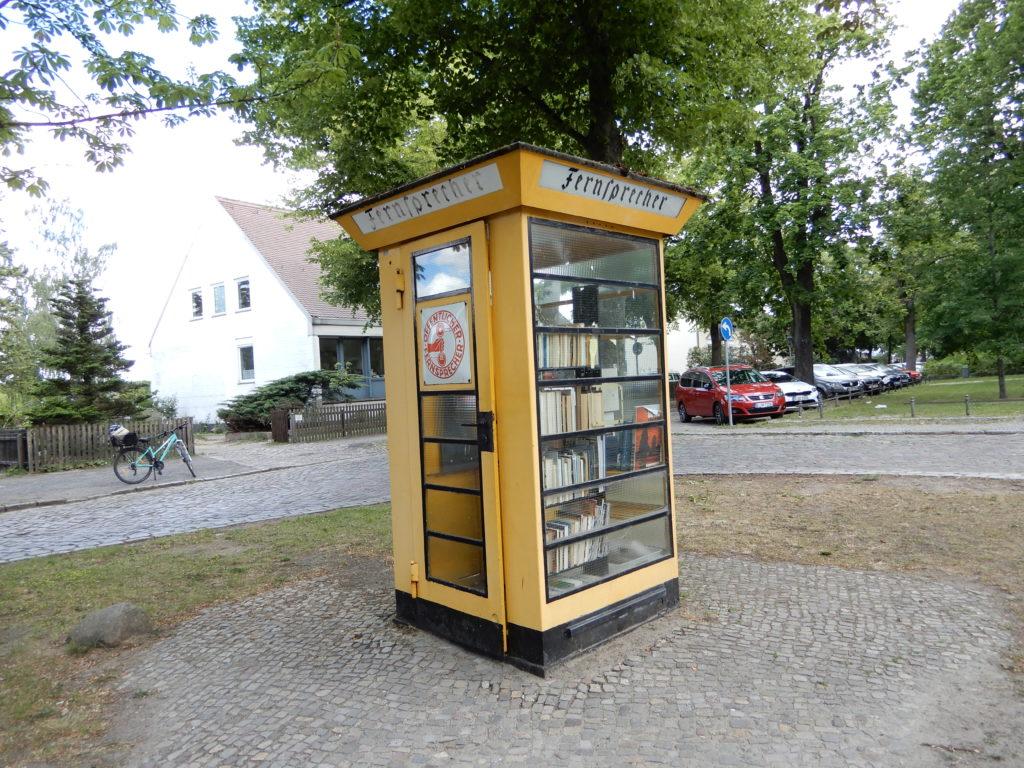 Telefonzelle mit Büchern Lübars