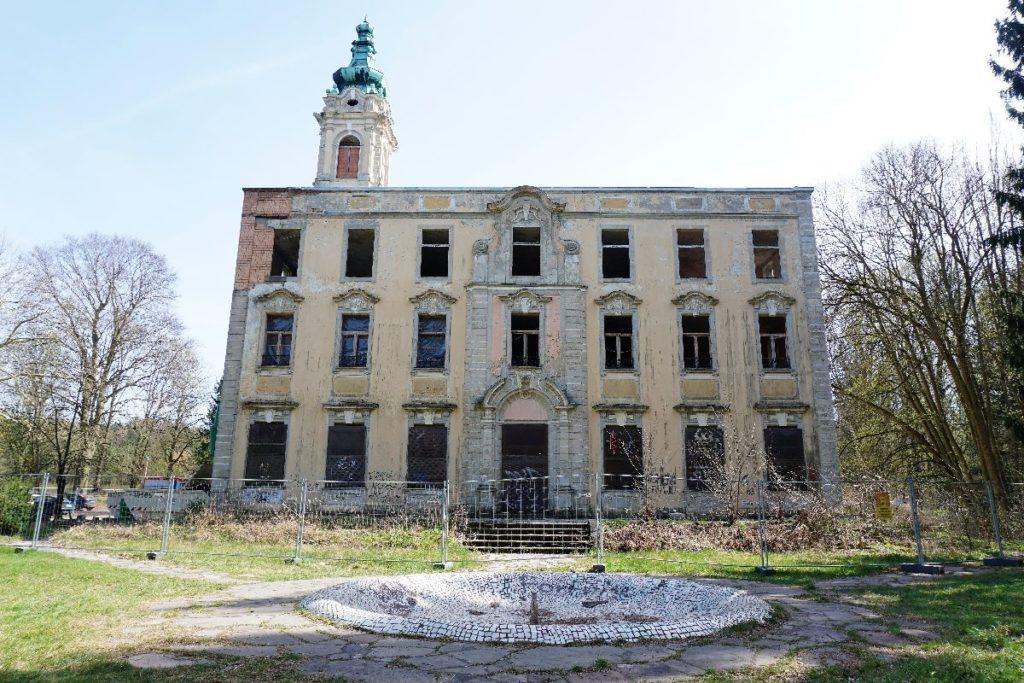 Schloss Dammsmühle mit Mosaikbrunnen - Lsot Place in Brandenburg