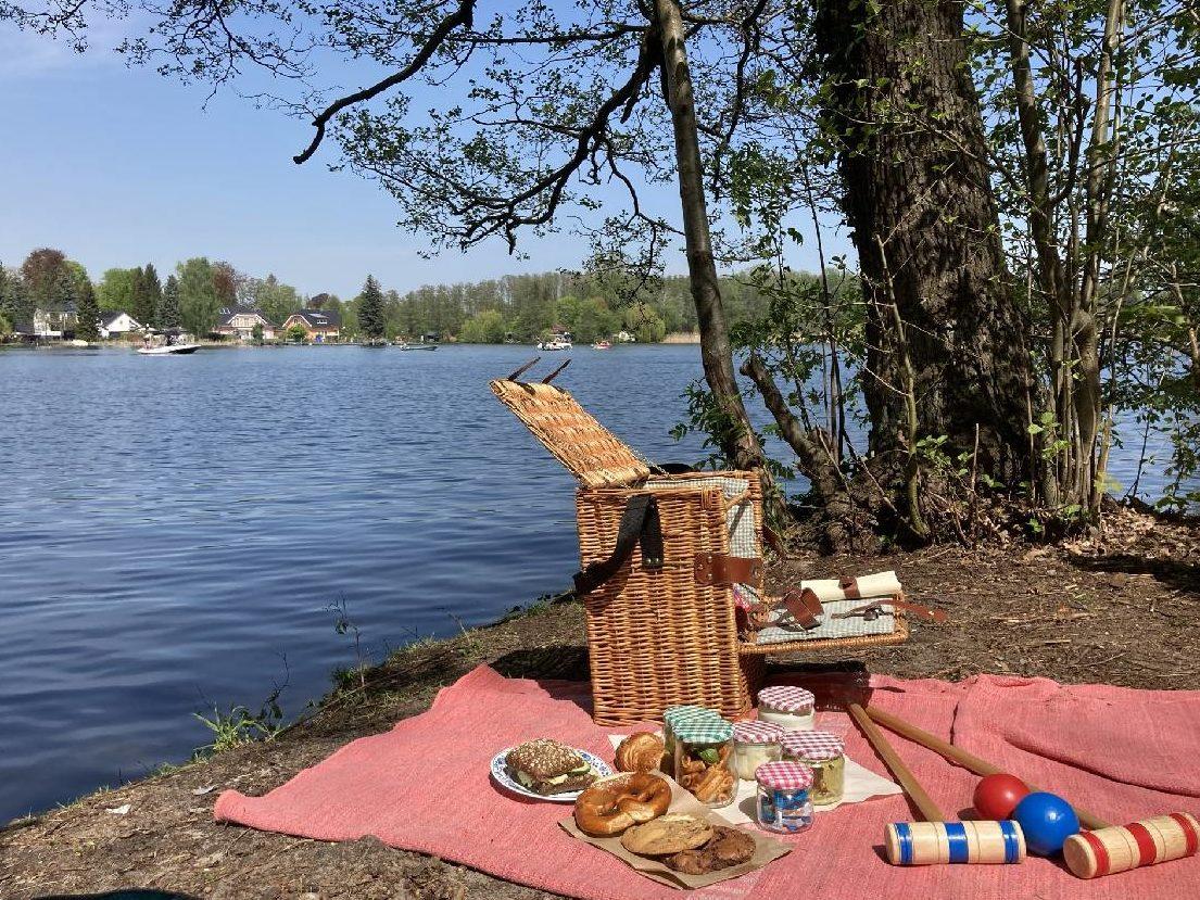 Picknickkorb am Ssee