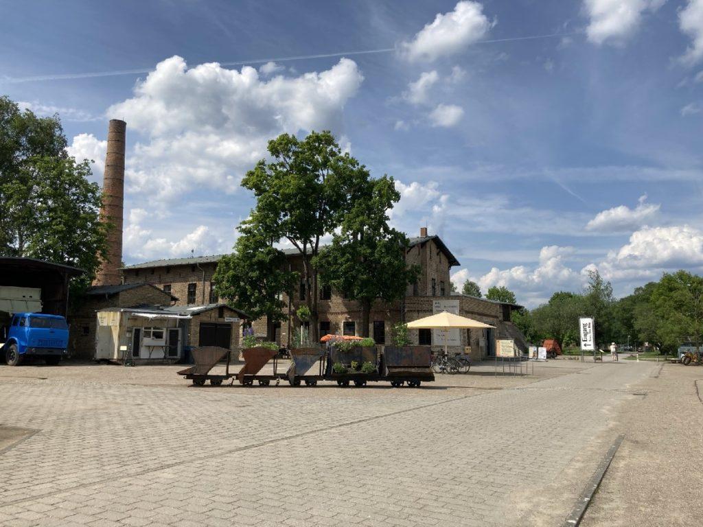 vor dem Eingang, Ziegeleipark Mildenberg