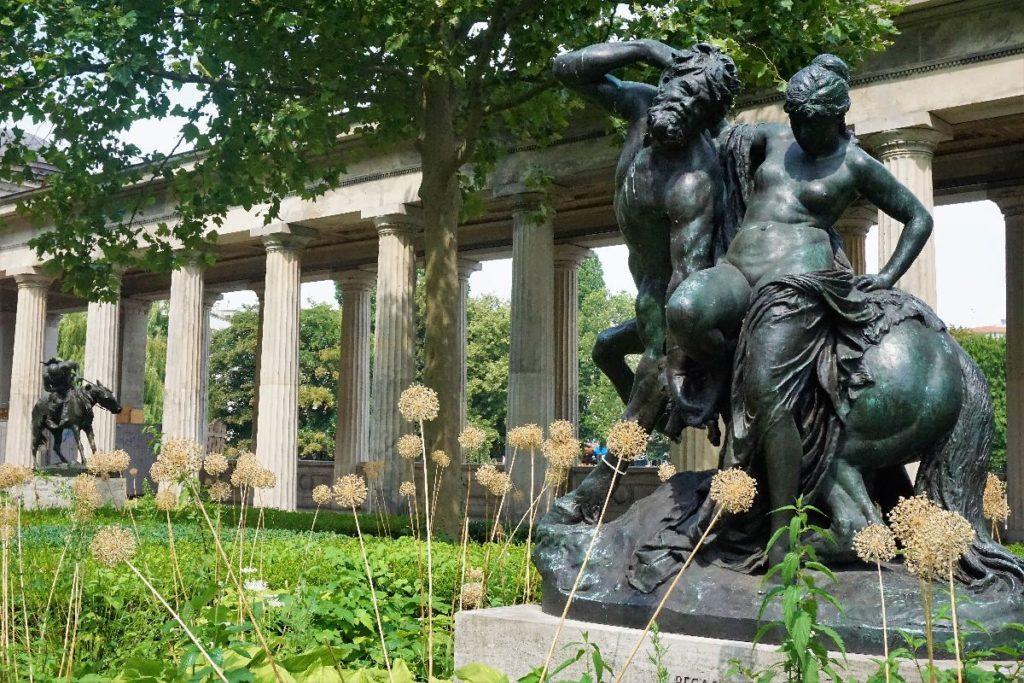 Skulptur im Kolonnadenhof Museumsinsel Berlin